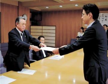 川原副知事(右)に要望書を手渡す期成同盟会の村岡会長