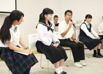 【平和に向けた取り組みについて意見交換する三重、広島両県の高校生=津市一身田上津部田で】
