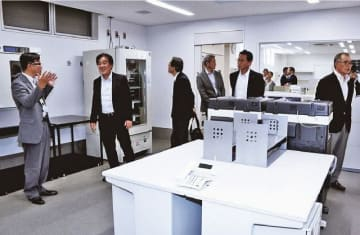 竣工式の後にあった内覧会で、施設内を見て回る出席者(9日、和歌山県上富田町生馬で)