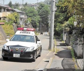クマの目撃情報を受け、現場周辺を警戒するパトカー=6日午前11時15分ごろ、仙台市泉区北中山1丁目