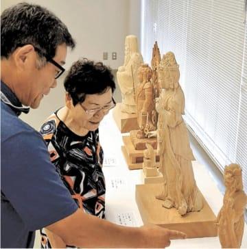 出展作品の説明をする菅原さん(左)