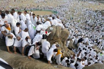 サウジアラビア西部メッカ郊外のアラファト山を歩くイスラム教信者=10日(AP=共同)