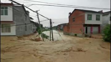 消防隊員、豪雨で取り残された村民を徒歩で救助 陝西省漢中市