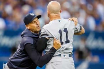 不可解な退場宣告に激怒するヤンキースのブレッド・ガードナー(右)【写真:Getty Images】