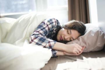 寝落ちする人の特徴とはどんなでしょうか。映画を観ながら、本を読みながら、何かをしながら寝てしまう人っていますよね。その一方で、どんなに眠くても寝ると決めるまでは寝ない、睡魔に強い人もいます。