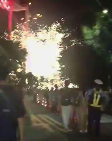 東京・明治神宮外苑で行われた花火大会で、上空に上がりきらず落下して破裂する花火=10日夜(見物客提供)