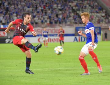 鹿島-横浜M 後半30分、シュートを放つ鹿島・セルジーニョ(左)=カシマスタジアム、鹿嶋栄寿撮影