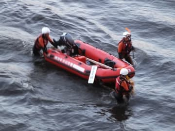 川に流された男子高校生を捜す捜索隊=8日午後6時50分ごろ、熊谷市妻沼の利根川