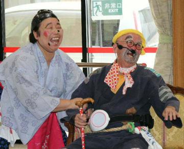 吉四六さんの話を披露した安藤紀一郎さん(右)と、おへまさんに仮装した介護士の秋吉裕子さん=10日、大分市鶴崎