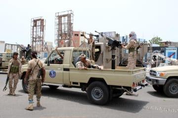 10日、イエメン南部アデンで、警戒に当たる分離勢力メンバーら(ロイター=共同)