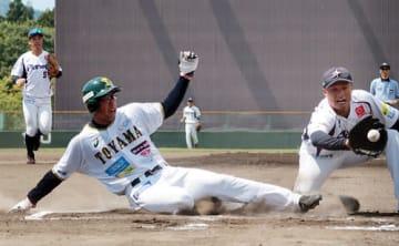 富山-茨城 1回裏富山2死一、二塁、暴投の間に本塁へ滑り込む二走榎本=小矢部野球場