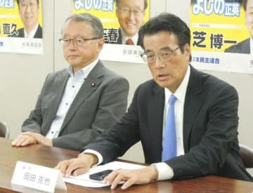 【豚コレラ対策本部の設立を発表する岡田氏(右)と中川会長=津市栄町2丁目で】