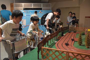 発電エコリンピックで遊ぶ子どもたち=日立市幸町
