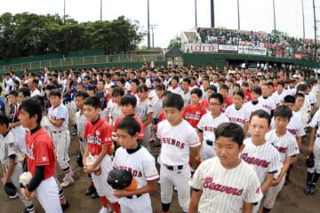 入場行進後に整列する48チームの選手たち=10日、習志野市の第一カッター野球場