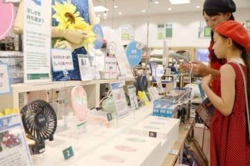 幅広い世代に売れている小型扇風機=東急ハンズ岡山店
