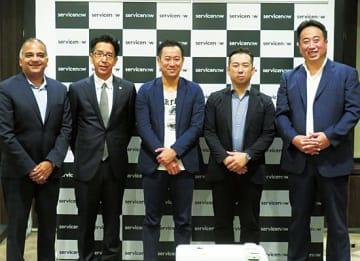 (右から)ServiceNow Japanの村瀬将思社長、ウイングアーク1stの田中潤社長、ロココの長谷川正人常務、システムサポートの能登満専務、米ServiceNowのアヴァニッシュ・サハイ グローバルバイスプレジデント