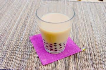 ブラックタピオカ入りミルクティは、タイでも定番の飲み物。市販のミルクティにタピオカを加えるだけで、ちょっとだけ特別感がアップしますよ。