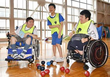 ボッチャ甲子園に出場する(左から)渡辺崇斗さん、近野竜聖さん、本間結さん=上山市・県立ゆきわり養護学校