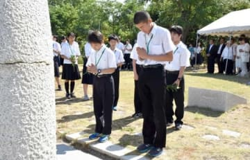 空襲犠牲者を悼み、手を合わせる参列者=10日、新潟市中央区