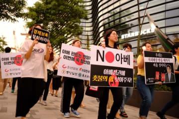 日本政府による輸入規制の強化に抗議するため、ソウルにある日本大使館近くで「 NO安倍」「安倍が元凶だ!」などのプラカードを掲げてデモ行進する韓国の学生ら=2019年7月18日、韓国・ソウル(提供・共同通信社)
