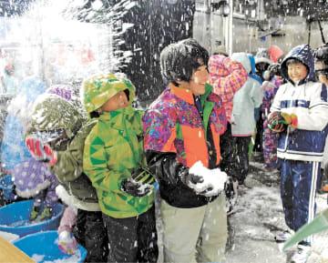 実験棟で雪遊びを楽しむ子どもたち