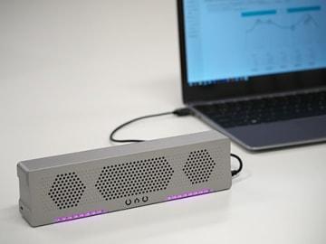 PCなどとUSBケーブルで接続するフルデジタルのポータブルスピーカー「OVO」