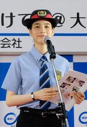 """JR西日本の夏期ホーム転落防止キャンペーン「""""飲ん""""だら、気をつけて!」のイメージキャラクターを務める女優のんさんが啓発イベントに登場し、非常ボタンの積極的な使用を呼び掛けた=JR大阪駅"""