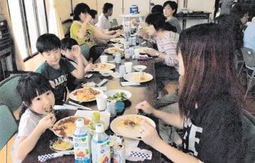 カレーを食べながら世代を超えて交流する土手内食堂