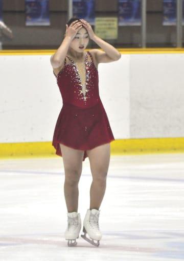 女子SPの演技を終え、頭を抱える坂本花織=滋賀県立アイスアリーナ