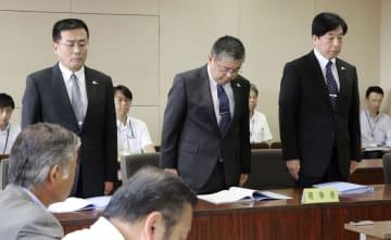 愛媛県議会の委員会で謝罪する松下整県警本部長(中央)ら=6日、松山市