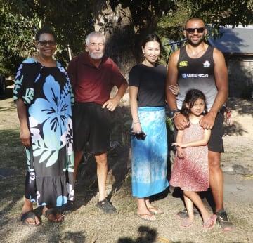 (左から)母イバさん、父コリンさん、妻知美さん、長女アミリア真依さんと写真に納まるラグビー日本代表のリーチ主将=11日、フィジー・タブア近郊(共同)