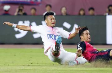 C大阪―鳥栖 試合終了間際、決勝ゴールを決める鳥栖・豊田(左)。右はC大阪・松田=ヤンマー