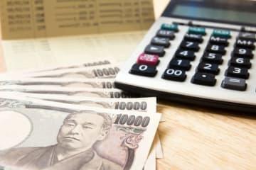 お金を貯めようと決めたら、まずは100万円を目標とする人も多いでしょう。でもなかなか100万円の壁を越えられない人もいます。達成するためのコツを紹介しましょう