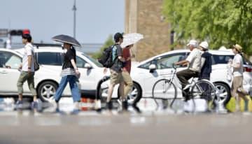 """横浜で今年初の猛暑日に。路面には""""逃げ水現象""""が見られた=11日"""