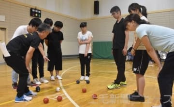 ボッチャのルールや判定基準を学ぶ参加者