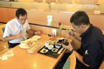 津山東高の生徒らが開発した和洋のランチを味わう客