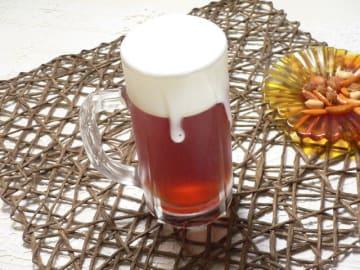 紅茶ゼリーの上に泡立てたミルクゼリーを重ねてかため、ビールそっくりなゼリーを作ってみました。見た目はまるでビールそのものなトリックフードです。