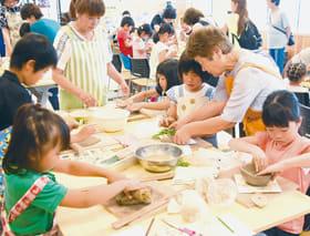 オリジナルの器を作る子どもたち
