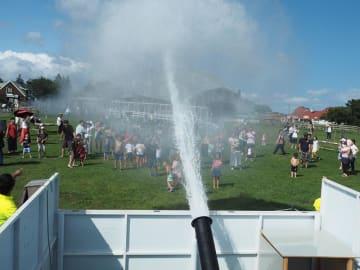 水の大砲がドカーンと発射されるマザー牧場の人気イベント「ウォーターキャノン」
