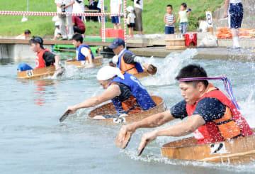 25メートルの速さを競う個人戦で白熱したレースを繰り広げる出場者ら=神埼市千代田町の城原川