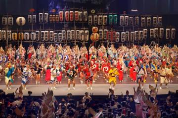 選抜阿波おどり前夜祭のフィナーレ=徳島市のアスティとくしま