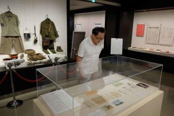 出征兵士からの手紙や遺品などが並ぶ企画展(京都府南丹市日吉町郷土資料館)