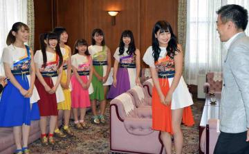 三日月知事と歓談するフルーレットのメンバー(大津市・県庁)
