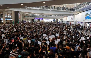 12日、香港国際空港で抗議するデモ参加者(ロイター=共同)