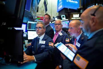 ニューヨーク証券取引所のトレーダーたち=12日(ロイター=共同)
