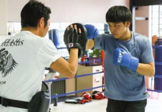 梶原代表(左)の持つミットに強烈なパンチを打ち込む近藤(右)