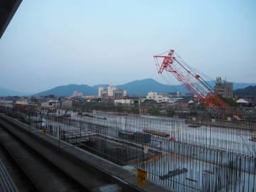 JR佐世保線の武雄温泉駅の隣で進む九州新幹線長崎ルートの工事建設現場=8月3日午後、佐賀県武雄市
