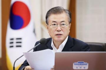 13日、ソウルの大統領府で開かれた会議で発言する文在寅大統領(韓国大統領府提供・共同)