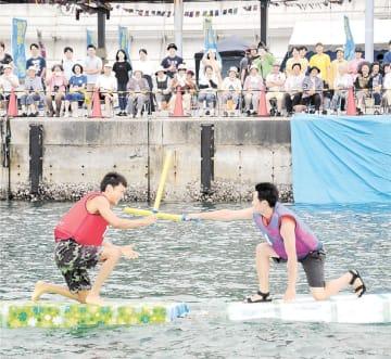 海上でチャンバラを楽しむ参加者