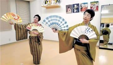 日本舞踊の稽古に励む刀根さん(右)=仙台市